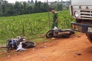 Hai thanh niên tử vong khi tông vào xe tải chở đất