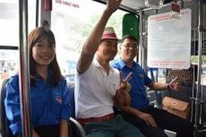 NSƯT Xuân Bắc và hàng trăm bạn trẻ trải nghiệm 'Xe bus màu xanh'