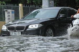 TP HCM: 'Khu nhà giàu' lại ngập, xe chết máy, nước tràn vào nhà