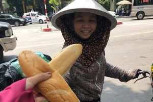Tủ bánh mì thiện tâm 200 chiếc mỗi ngày cho người nghèo giữa phố Hà Nội
