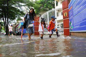 Mưa lớn trưa 28.9 khiến người Sài Gòn lội nước về nhà