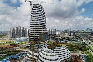 Tòa nhà cao tầng có hình dạng 'của quý' khổng lồ