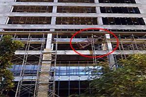 Xác định nguyên nhân thanh sắt công trình rơi xuống đường khiến 1 người chết
