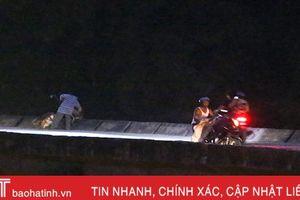 Chờ đêm xuống, 'đua nhau' đổ rác xuống sông Ngàn Phố!