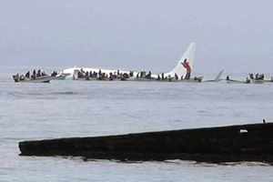 Máy bay rơi xuống biển nhưng không chìm, cứu sống hơn 40 người