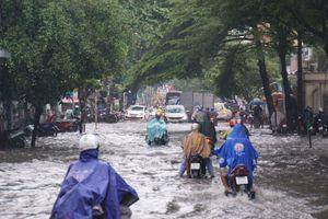 Mưa lớn khiến khu 'nhà giàu' Thảo Điền ngập sâu trong biển nước
