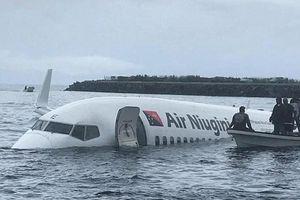 Máy bay chở 48 người trượt đường băng, 'bơi' trên mặt hồ