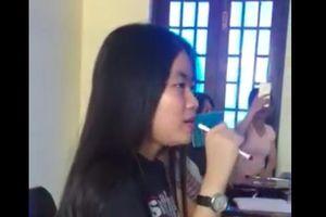 Clip nữ sinh cầm bút thay micro nhưng vừa cất giọng đã khiến cả lớp giật mình vì hát hay hơn cả Phương Linh