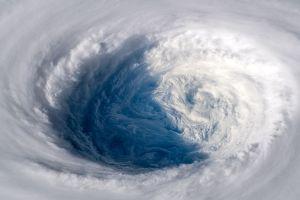 Nhật Bản đối mặt với bão lớn ở đảo chính