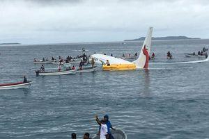 Máy bay lao quá đường băng, phi thẳng xuống biển, hành khách hú vía