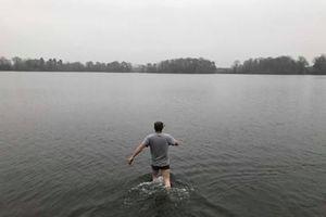 Thấy 'em bé' nổi giữa hồ, chàng trai vội tới cứu, tá hỏa sự thật...