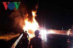Ô tô bốc cháy ngùn ngụt giữa đêm trên Quốc lộ 1A