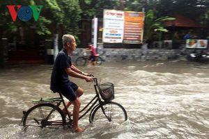 Mưa lớn vào buổi trưa khiến nhiều nơi tại TPHCM ngập sâu