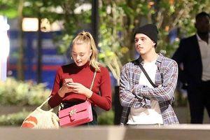 Cậu cả nhà David Beckham thân mật cùng cô gái tóc vàng lạ mặt