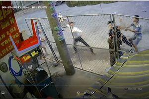 Đang đứng trước nhà, người đàn ông bị 2 thanh niên lạ mặt đánh tới tấp, vỡ hộp sọ