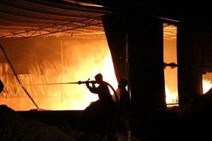 Công ty gỗ rộng hàng nghìn mét cháy dữ dội