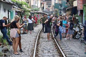 Chụp ảnh trên đường sắt, giới trẻ đang 'cợt nhả' với tử thần