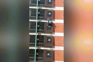 Thót tim nữ 'người nhện' say rượu tay không leo tòa nhà 8 tầng