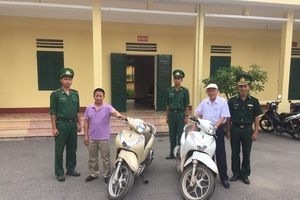 Đồn Biên phòng cửa khẩu Hoành Mô trao trả xe máy cho người bị mất cắp
