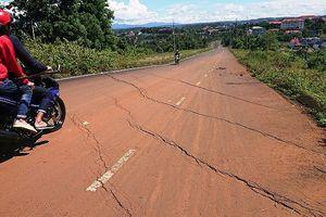 Chậm khắc phục, dân phá rào liều vượt qua đoạn đường sụp lún