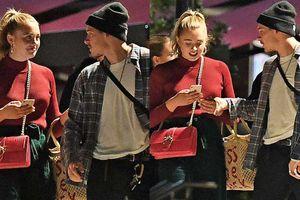Quý tử nhà Beckham thân mật với gái lạ trên phố