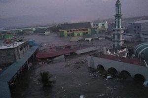 Sóng thần 2m đổ bộ Indonesia, hàng trăm nghìn người hoảng loạn