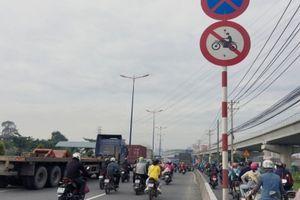 TP.HCM: Bất chấp nguy hiểm xe máy vẫn chạy vào làn ô tô