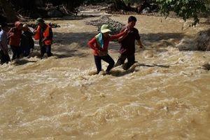 Cố vượt suối khi mưa, 3 người bị cuốn trôi