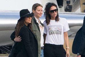 Victoria Beckham sánh đôi bên ông xã, rời Paris bằng máy bay phản lực