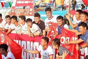 CĐV tràn xuống sân ăn mừng Viettel lên hạng V-League