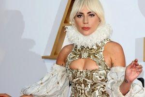 Lady Gaga mặc váy cầu kỳ đi quảng bá phim