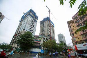 Clip: 'Thần chết' treo lơ lửng trên đầu nhiều người đi đường ở Hà Nội