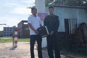 Chiến sỹ cảnh sát cơ động trả lại chiếc túi đựng gần 400 triệu cho người đánh rơi