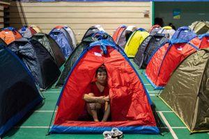 Hàng nghìn cha mẹ Trung Quốc cắm trại, theo con lên đại học