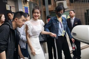 Tần Lam đi có người dìu, váy được người nâng