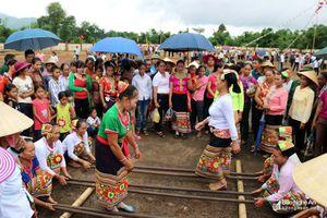 Náo nức khắc luống, múa sạp… trong lễ hội Bươn Xao