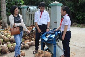 Máy bóc vỏ trái dừa giá chỉ 2 triệu đồng của hai học sinh lớp 8