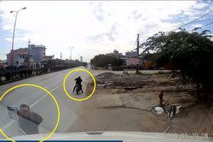 Clip: 'Đạo chích' công khai vặt gương xe container ngay bên đường
