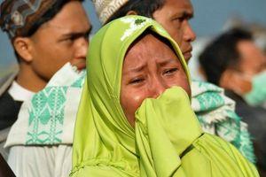 Indonesia: Phụ nữ, trẻ em khóc ròng sau động đất và sóng thần