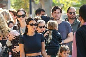 Kourtney Kardashian diện croptop đi chơi cùng tình cũ sau 3 năm chia tay?