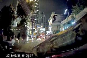Đang lái xe người phụ nữ kinh hãi phát hiện con trăn trườn ngay trước mắt