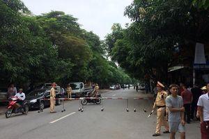 Cảnh sát bao vây đối tượng dùng vũ khí cố thủ trong nhà