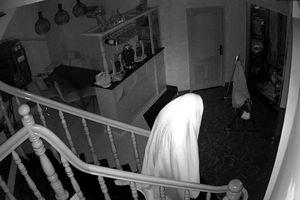 Trộm trùm khăn trắng như hồn ma chui vào nhà dân để trộm đồ