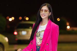 Hoa hậu Tiểu Vy ăn diện trẻ trung và màu sắc sau đăng quang