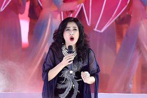 Thanh Lam, Tùng Dương hát về Bác Hồ khiến 33.000 khán giả lắng lại