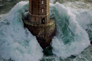 Ngọn hải đăng nổi tiếng nhờ bức ảnh khiến người xem lạnh gáy