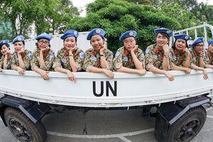 Ngưỡng mộ 10 bóng hồng 'đội mũ nồi xanh' lên đường tới Nam Sudan