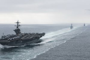 Iran tung clip xuồng máy đuổi theo tàu sân bay Mỹ tại eo Hormuz