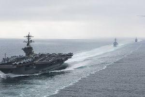 Tàu cao tốc Iran rượt đuổi tàu sân bay Mỹ trên Eo biển Hormuz