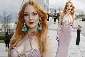 Người mẫu Anh gợi cảm với váy cắt xẻ táo bạo